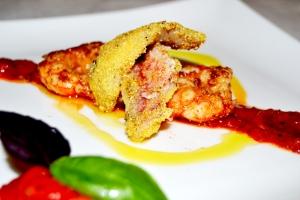 gamberoni e trigliette al pesto di peperoni e basilico rosso. foto di Roberta Castrichella