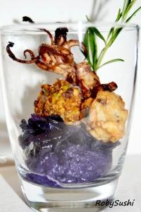 Polpettine al profumo di rosmarino su crema di cavolo viola. Ricetta e foto di Roberta Castrichella.