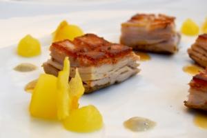 Maialino morbido-croccante con salsa di aglio e lavanda, e mele al vino. Chef Marco Stabile.