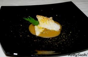 Calamaro profumato all'alloro su crema di  cachi con bottarga di muggine. Ricetta e foto di Roberta Castrichella.