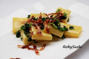 Paccheri allo zafferano con verza e pancetta croccante. Ricetta e foto di Roberta Castrichella.
