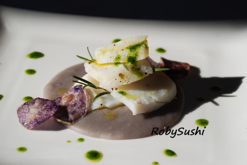 Sfoglie di baccalà al vapore su crema di patate viola al rosmarino. Ricetta e foto di Roberta Castrichella.