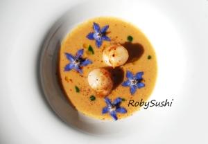 Capesante al lemon grass su crema di lenticchie rosse alla paprika. Ricetta e foto di Roberta Castrichella.