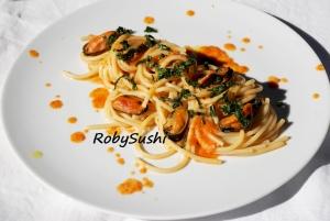 Spaghetti con cozze, corallo di capesante e borragine. Ricetta e foto di Roberta Castrichella.