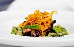 Farro con spinaci, polpi e carote croccanti. Ricetta e foto di Roberta Castrichella.