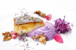 Merluzzo carbonaro strinato al sakè calamaretti al curry in campo viola 06