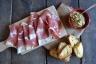 crostini hummus e culatello (2)